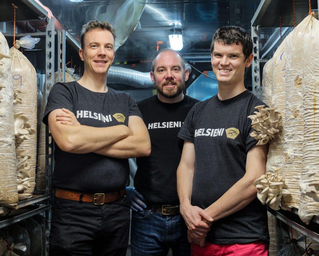 Chris, Benoit ja Stéphane sieniviljelmällämme